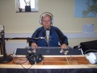 Bild: Ronny sitter vid spakarna på Radio CG / foto: Radio CG