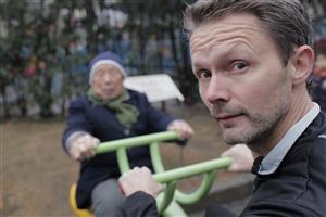 Bild: Felix stör en ingenjör. Felix Herngren.Foto: Tobias Höiem-Flyckt/dfmTV4.