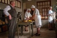 Badhotellet. Ole Thestrup som Julius Andersen på besök i köket.