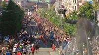 62 000 löpare springer halvmaraton på Göteborgs gator med start och mål på Slottsskogsvallen. Direktsändning från en av världens största löparfester.
