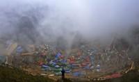 Morgonen den 18 april skedde en fruktansvärd olycka på Mount Everest. En lavin tog sexton sherpas liv när de lade ut klättringslinor inför nästa etapp. På plats fanns ett dokumentärsfilmteam som skulle filma klättraren Joby Ogwyns hopp från toppen. Nu sänds dokumentärfilmen som handlar om resan och räddningsarbetet. Everest Avalanche Tragedy sänds söndag 18 maj 21.00 på Discovery Channel