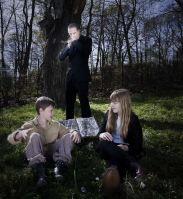 Pojken Ingen (spelad av Edvin Ryding) uppfostras av spökena på en kyrkogård och hittar