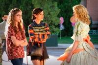 McKaley Miller som Rose Hattenbarger, Rachel Bilson som Zoe Hart och Claudia Lee som Magnolia Breeland. - Foto: Warner Bros.