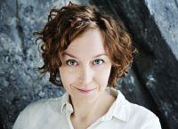 Emmy Rasper programleder Ring P1. Foto: Martina Holmberg/Sveriges Radio