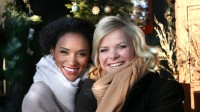 Haddy N'jie og Ingrid Gjessing Linhave skal være programledere sammen for første gang. Her på Frognerseteren hvor de skal ta i mot gjester lille julaften. FOTO: OLE KALAND, NRK