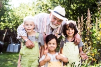 Hasse Andersson och barnen i trädgården. Foto: Mattias Ankrah /SVT