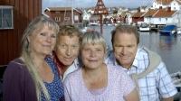 ohanna Karlsson (Ulla Skoog), Thomas Blomgren (Tomas von Brömssen), Emily Blomgren (Anki Larsson) och ostronfiskaren Bengt (Claes Malmberg). Foto: Bo Håkansson /SVT