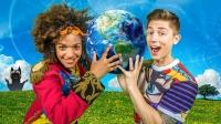 Vi hoppas att vi alla ska bli bättre på att ta hand om vår planet, säger Alex och Angelika som är programledare för Sommarlov i år. Foto: Janne Danielsson/SVT.