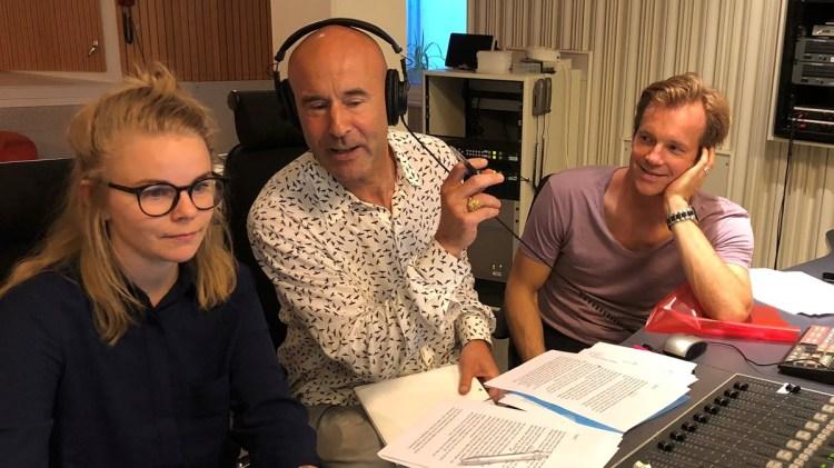 Teknikern Lisa Abramhamsson, Mark Levengood och producenten Henrik Johnsson. Foto: Bibi Rödöö