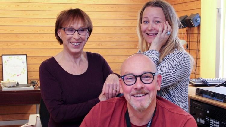 Eva Rydberg, producenten Anna Landelius och teknikern Christian Jangegård i studion. Foto: Maria Andersson/Sveriges Radio
