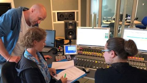 David Eberhard, producenten Amanda Glans och teknikern Emilia Martin i studion. Foto: Bibi Rödöö