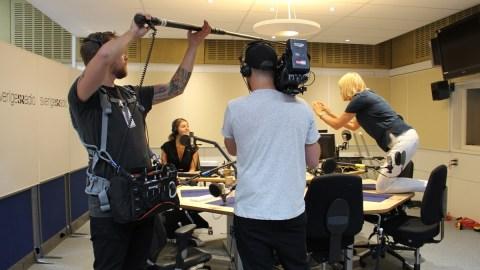 Bianca Ingrosso i studion med sitt filmteam.