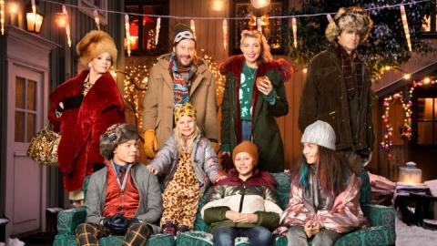 I rollerna: Lena Philipsson, Henrik Johansson, Cecilia Forss, Johan Rheborg, Edvin Ryding, Wilma Lidén, Maja Söderström, Adrian Macéus. Foto Johan Paulin /SVT