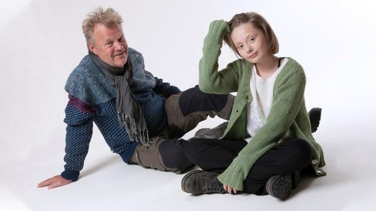 Tonje (spelas av Freja Taavola) tillsammans med hennes bästa vän farbrorn Gunnvald (som spelas Pär Andersson). Foto: Anders Alm