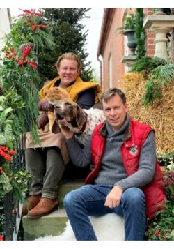 Karl Fredrik och hans sambo Petter tillsammans med djuren.  Fotograf: TV4