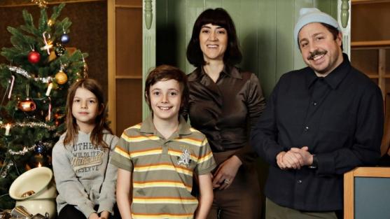 En hederlig jul med Knyckertz är SVT:s julkalender 2021, en varm och humoristisk julsaga som utspelar sig i en knasig tvärtomvärld. Familjen Knyckertz spelas av David Sundin (pappa Bove), Gizem Erdogan (mamma Fia) och barnen Ture och Kriminellen spelas av Axel Adelöw och Paloma Grandin. Inspelningen startar i slutet av januari och regissör är Leif Lindblom och för manus står Anders Sparring. Foto: Eva Edsjö /SVT